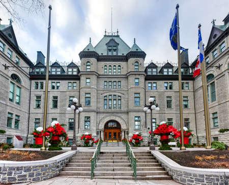 oficina antigua: Fachada del ayuntamiento de la ciudad de Quebec con decoraciones de vacaciones.