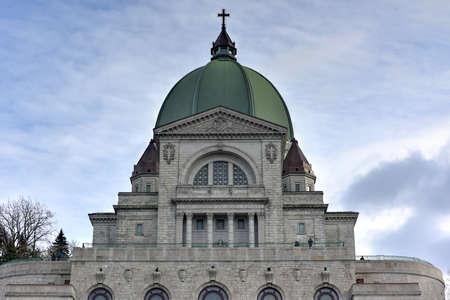 oratoria: Montreal, Canadá - 29 noviembre 2015: Oratorio de Monte Real, una basílica católica menor y santuario nacional en Westmount Cumbre en Montreal, Quebec de San José. Es la iglesia más grande de Canadá. Editorial