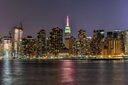 city park skyline: New York City skyline view from Gantry Park, Long Island City, Queens.
