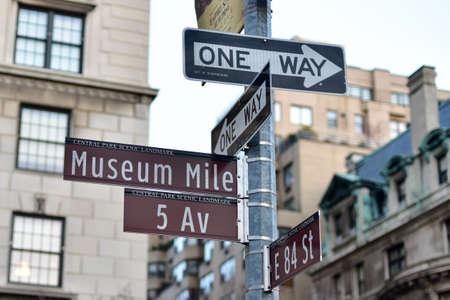 Straßenschilder entlang der Museumsmeile in New York City.