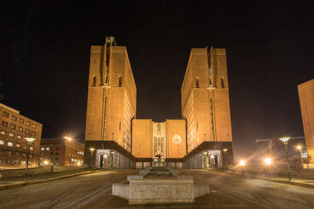 Ayuntamiento de Oslo (Noruega: Oslo radhus) iluminada por la noche. Que alberga el ayuntamiento, la administración municipal, y estudios de arte y galerías. Foto de archivo - 56848628