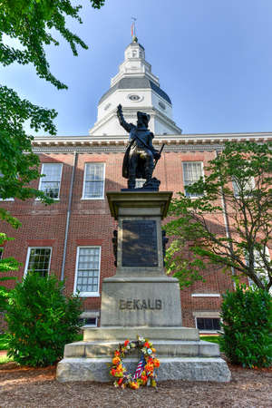 maryland flag: Baron Johann DeKalb statue before the Maryland State Capital building in Annapolis, Maryland on summer afternoon. It is the oldest state capitol in continuous legislative use, dating to 1772. Stock Photo