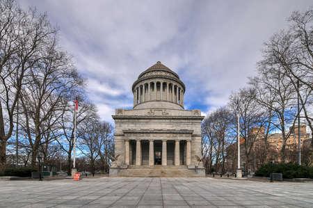 Grant 's Tomb은 General Grant National Memorial의 비공식적 인 이름으로, Ulysses S. Grant, 미국 제 18 대 대통령 및 뉴욕의 부인 Julia Dent Grant의 마지막 휴식 장소입