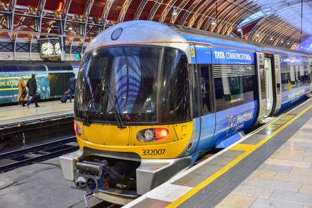 Londra, Regno Unito - 24 novembre 2016: Heathrow Express Train alla stazione di Paddington a Londra, Regno Unito. Editoriali