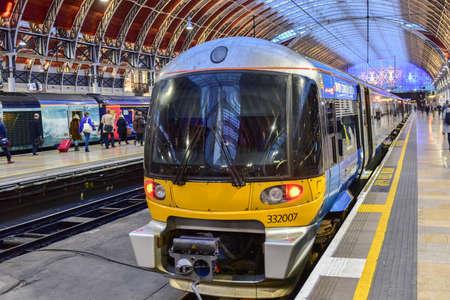 Londen, Verenigd Koninkrijk - 24 november 2016: Heathrow Express trein naar Paddington Station in Londen, Verenigd Koninkrijk.