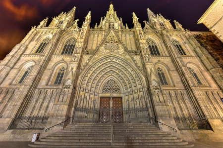 Fassade der gotischen Kathedrale von Barcelona (Catedral de Barcelona) aus dem 14. Jahrhundert in Barcelona, ??Spanien. Standard-Bild - 71665009