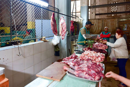 하바나, 쿠바 -1 월 8 일, 2017 : 오래 된 하바나, 쿠바의 거리 시장에서 판매 고기. 에디토리얼