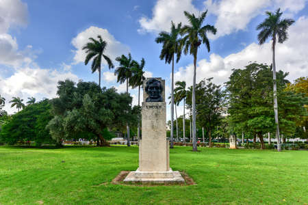 fraternidad: Abraham Lincoln bust in American Fraternity Park in Havana, Cuba.