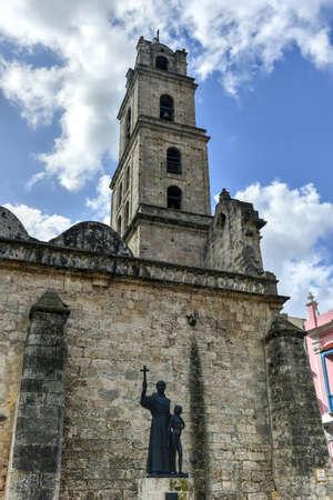 casa colonial: La iglesia de San Francisco y su plaza adyacente en La Habana Vieja, un famoso punto de referencia turístico en la ciudad colonial.
