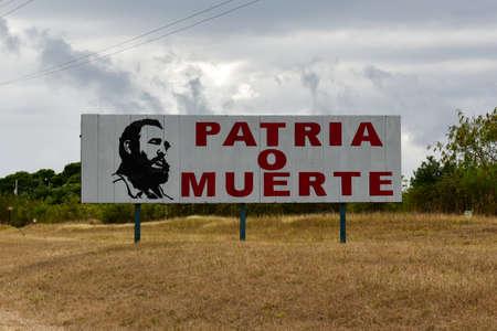 """쿠바에서 피델 카스트로와 함께 """"국토 또는 죽음""""이라는 단어로 서명하십시오. 에디토리얼"""