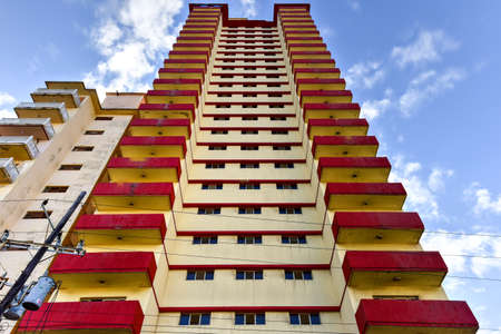 A typical apartment building in the Vedado district of Havana, Cuba. Banque d'images