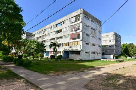 쿠바의 아바나 동쪽 지역에있는 알라 마르 (Alamar)에있는 건물. 이 지구는 주로 소비에트 스타일의 건축물을 미리 제작하는 것입니다. 에디토리얼