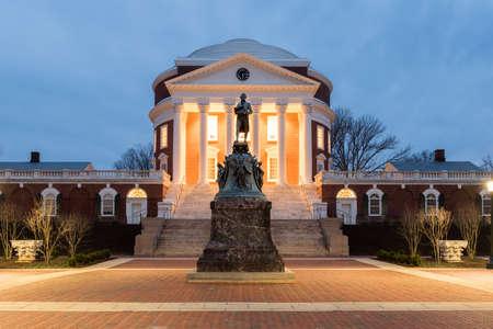 夜、バージニア州シャーロッツビルのバージニア大学。トーマス ・ ジェファーソンは 1819 年にバージニア大学を設立しました。