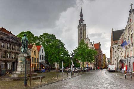 Bruges, Belgique - 12 mai 2017: Statue du peintre flamand Jan van Eyck à Bruges, Belgique Banque d'images - 80515086