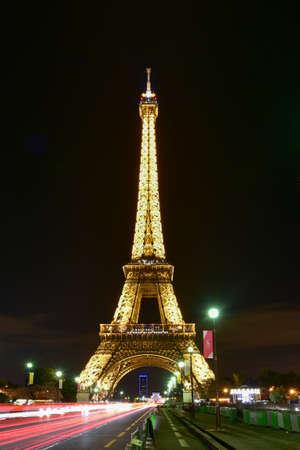 エッフェル塔、シャン ド マルス パリ、フランスでの錬鉄格子タワー。 写真素材