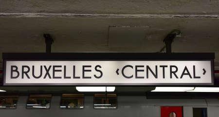 브뤼셀 중앙 역 사인입니다. Bruxelles-Central  Brussel-Centraal이라고도합니다. 에디토리얼