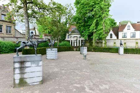 Groupe de sculpture Les quatre cavaliers de l'apocalypse de Rik Poot au Hof Arents à Bruges / Bruges, Flandre occidentale, Belgique Banque d'images - 80514919