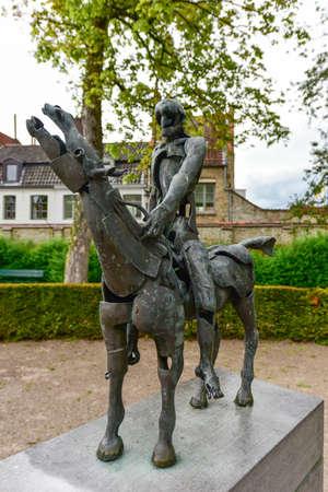 Groupe de sculpture Les quatre cavaliers de l'apocalypse de Rik Poot au Hof Arents à Bruges / Bruges, Flandre occidentale, Belgique Banque d'images - 80585726