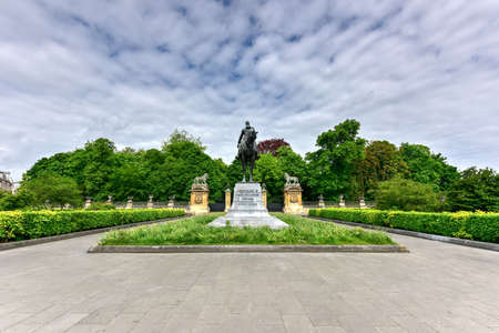 Statue équestre de Léopold II, le deuxième roi des Belges, sur la Place du Trône (sculpteur Thomas Vincotte). Banque d'images - 80585727