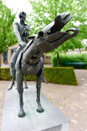 Groupe de sculpture Les quatre cavaliers de l'apocalypse de Rik Poot au Hof Arents à Bruges / Bruges, Flandre occidentale, Belgique Banque d'images - 80515022
