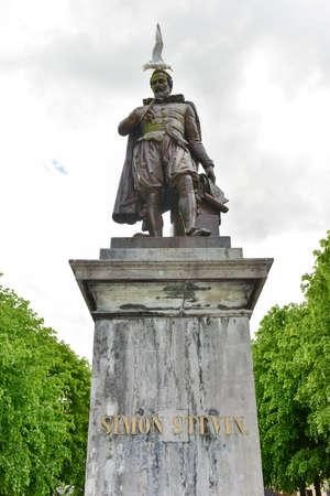 Statue en bronze de Simon Stevin, mathématicien et physicien, Bruges, Belgique Banque d'images - 80486963