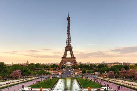 De Eiffeltoren, een smeedijzeren roostertoren op het Champ de Mars in Parijs, Frankrijk. Stockfoto