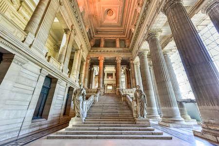 Palais de justice à Bruxelles, en Belgique. Le bâtiment de style éclectique et néoclassique est le siège de plusieurs tribunaux importants. Banque d'images - 80846898