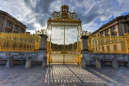 3 世紀後に再建されたフランスのベルサイユ宮殿のロイヤル ゲート 報道画像