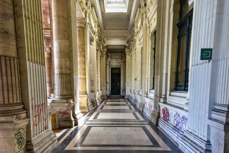 Justice Palace (Palais de Justice) à Bruxelles, Belgique. Le bâtiment de style éclectique et néoclassique sert de siège à plusieurs tribunaux de droit importants. Banque d'images - 80846920