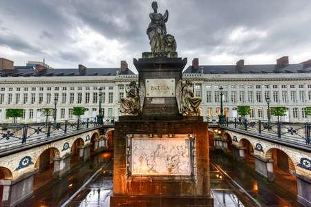 Place du martyr à Bruxelles avec le monument commémoratif Pro Patria, Belgique Banque d'images - 80874234