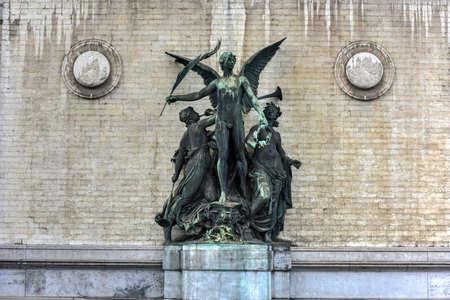 La statue de l'enseignement de l'art par Charles van der Stappen à l'entrée du musée royal des beaux-arts de Bruxelles, en Belgique. Banque d'images - 80874344