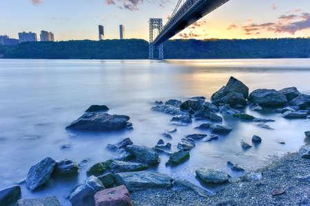 george washington: George Washington Bridge al atardecer sobre el río Hudson desde Manhattan.