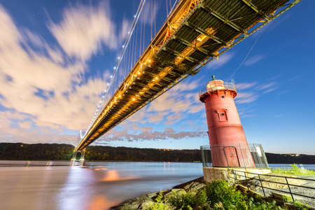 george washington: George Washington Bridge and the Red Little Lighthouse in Fort Washington Park, New York, NY in the evening. Foto de archivo