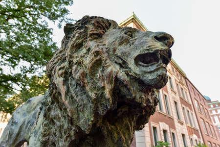 뉴욕시의 컬럼비아 대학 캠퍼스에 사자 동상.