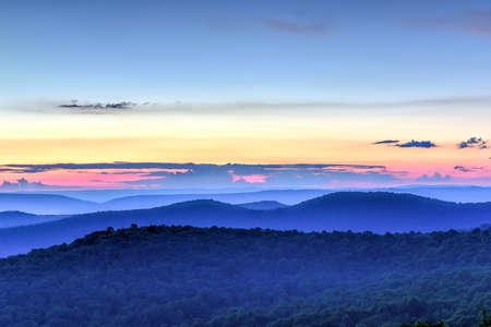 シェナンドー国立公園、バージニア州からシェナンドーバレーとブルーリッジマウンテンズ沿いの夕日