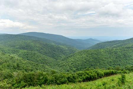 シェナンドー国立公園 (バージニア州) からのシェナンドーバレーとブルーリッジ山脈の眺め