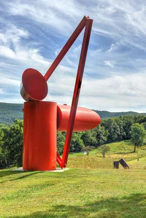 Mountainville, New York - 2014 년 9 월 14 일 : Storm King Art Center는 미국의 가장 유명한 예술가 중 일부가 만든 100 개 이상의 신중하게 조각 된 조각품 컬렉션입니