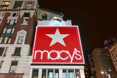 New York City - 12 dicembre 2017: Macy's Department Story a New York City di notte sulla 34th Street, Herald Square. Archivio Fotografico - 92691544