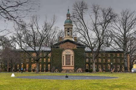 Nassau Hall, un hito nacional en la Universidad de Princeton. Nassau Hall (o Old Nassau) es el edificio más antiguo de la Universidad de Princeton en Princeton, condado de Mercer, Nueva Jersey, Estados Unidos.