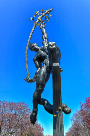 New York - Apr 21, 2018: Rocket Thrower massive bronze sculpture designed by Donald De Lue for the New York World's Fair of 1964-65 and currently in Flushing Meadows Corona Park, Queens, New York. Редакционное