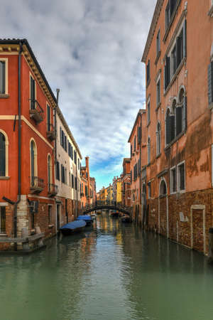 Architecture along the many canals of Venice, Italy. Banque d'images