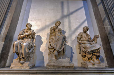 Florence, Italy - March 22, 2018: World famous Tomb of Lorenzo the Magnificent and his brother Giuliano and Michelangelo's, 'Madonna and Child' in Medici Chapel, Florence, Italy 新聞圖片
