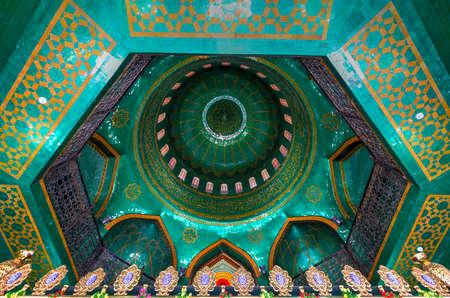 Baku, Azerbeidzjan - 14 juli 2018: De Bibi-Heybat-moskee is een historische moskee in Baku, Azerbeidzjan. De bestaande structuur, gebouwd in de jaren negentig, is een replica van de oorspronkelijke moskee. Redactioneel