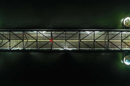 Marine Parkway-Gil Hodges Memorial Bridge bei Nacht von Rockaway, Queens aus gesehen. Sie wurde 1937 gebaut und eröffnet und war die längste vertikale Hubspanne der Welt für Automobile. Standard-Bild