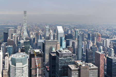 日中のニューヨークのスカイライン沿いの超高層ビルの眺め。 写真素材
