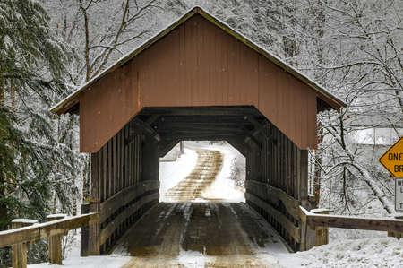 Dingleton Hill Covered Bridge in Cornish, New Hampshire im Winter.