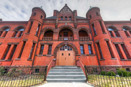The New York State Armory in Poughkeepsie was built in 1891. The New York Army National Guard used the building until 2011. In 2012 it was sold to the Seventh Day Adventist Spanish Church. Editoriali
