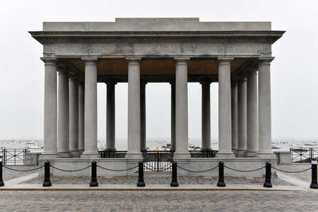The famous Plymouth Rock, the traditional site of disembarkation of the Mayflower pilgrims in the New World. Banque d'images