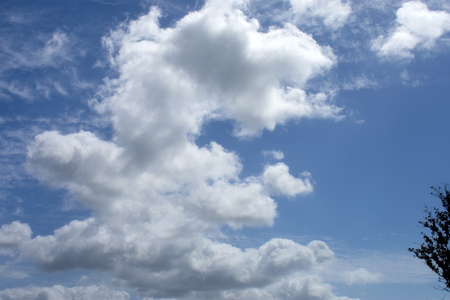 Traveling south on Interstate 95 near Mims, Florida, on a sunny day, accompanied by beautiful white cumulus clouds 免版税图像
