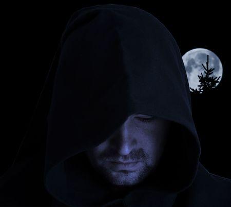 wilkołak: Mężczyzna w kapturem starożytnej na tle full moon